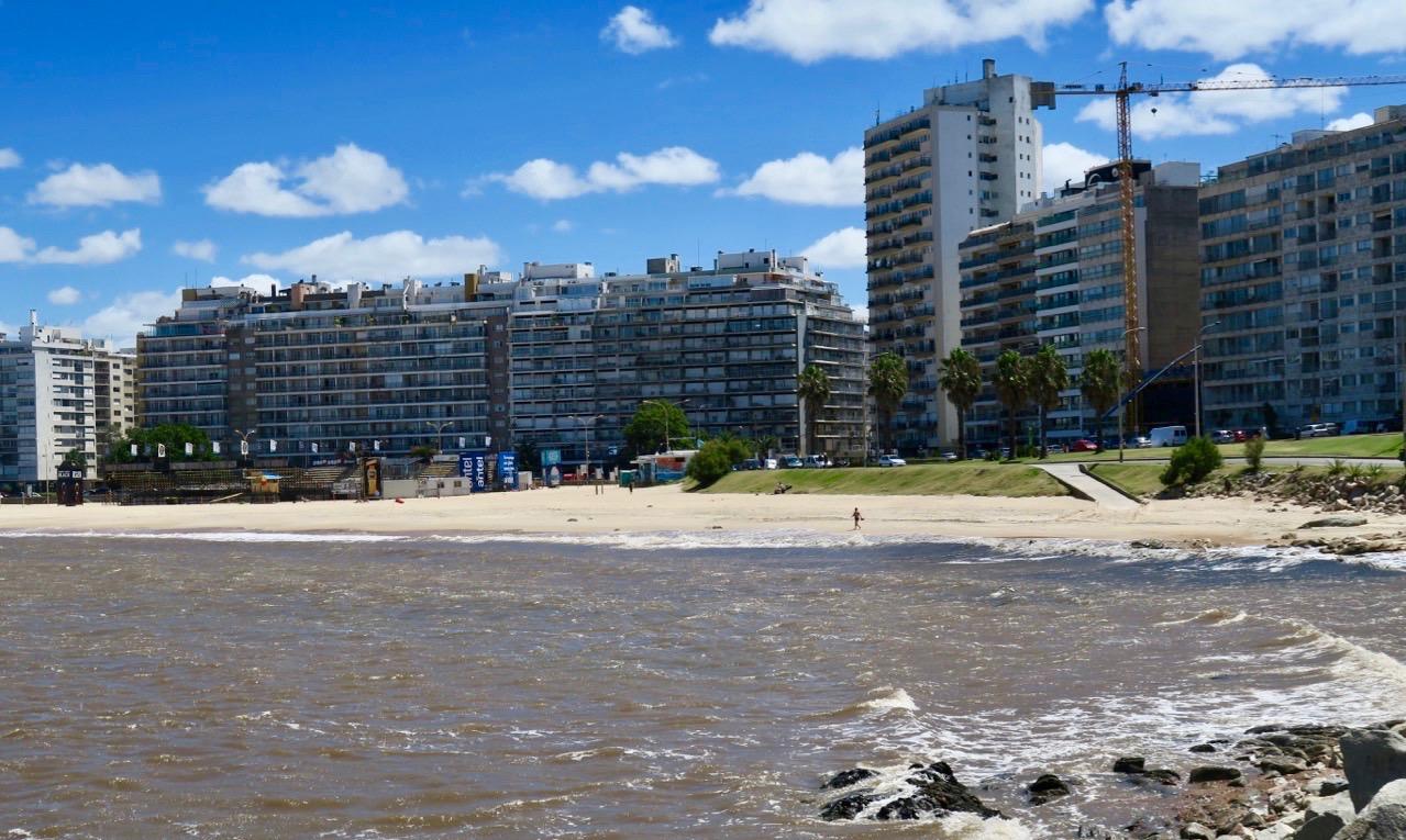 Rio de la Plata i Montevideo. Många stränder finns längs vattnet.