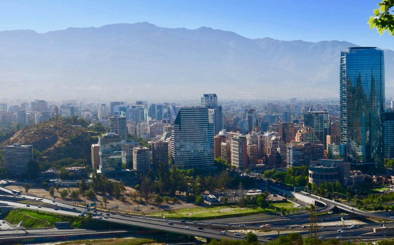 Utsikt över delar av den nya Santiago från Metropolitanparken. Observera smoggen över stan.
