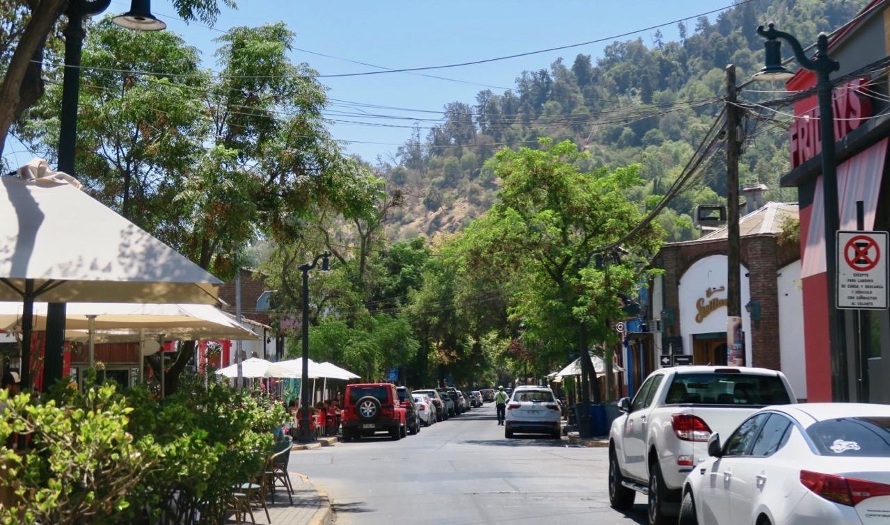 Gatubild från det mysiga området Providencia i Santiago de Chile.