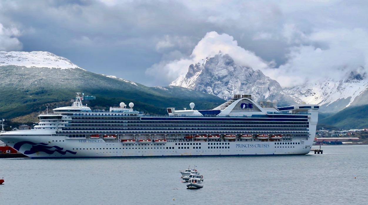 """Vårt fartyg """"star Princess"""" tar upp en stor del av kajen i Ushuaia."""
