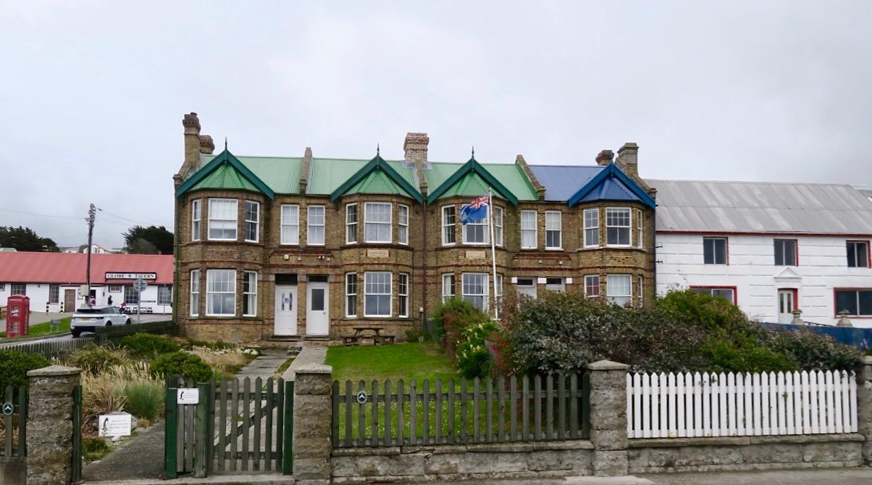 Radhus i STanley som har en tydlig brittisk byggnadsstil och även byggdes i slutet av 1800-talet av en brittisk affärsman.