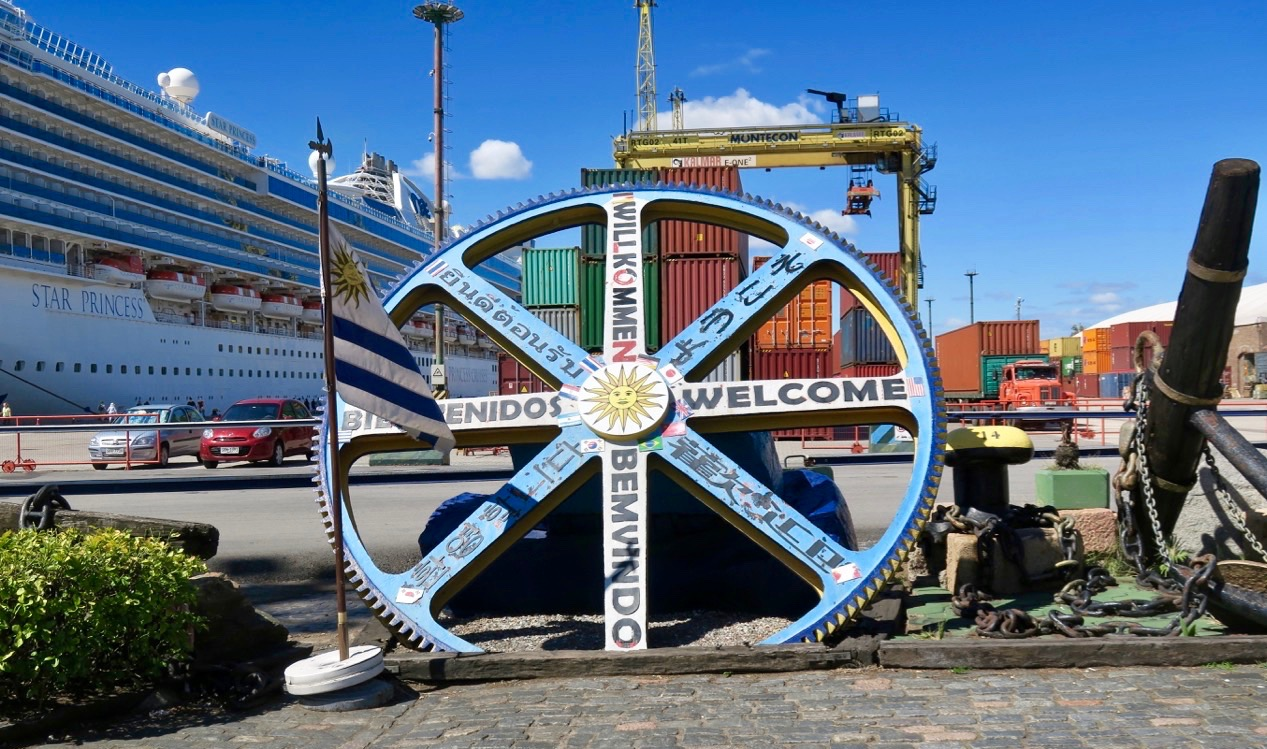 En resande skylt från Montevideo, Uruguays huvudstad välkomnar oss på olika språk.