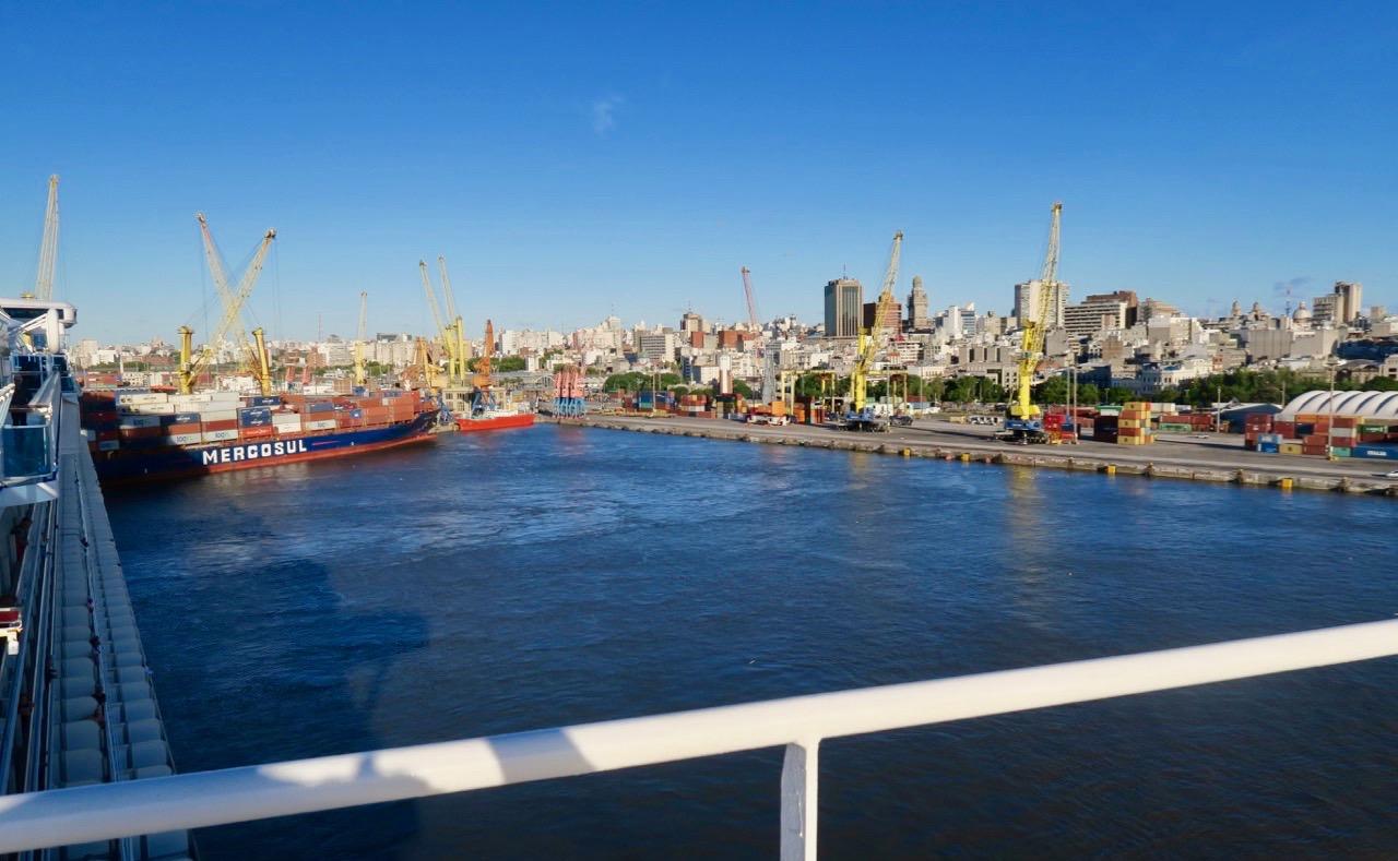 Om man kommer resande per båt till Montevideos hamnmöts man av gammalt och nytt.