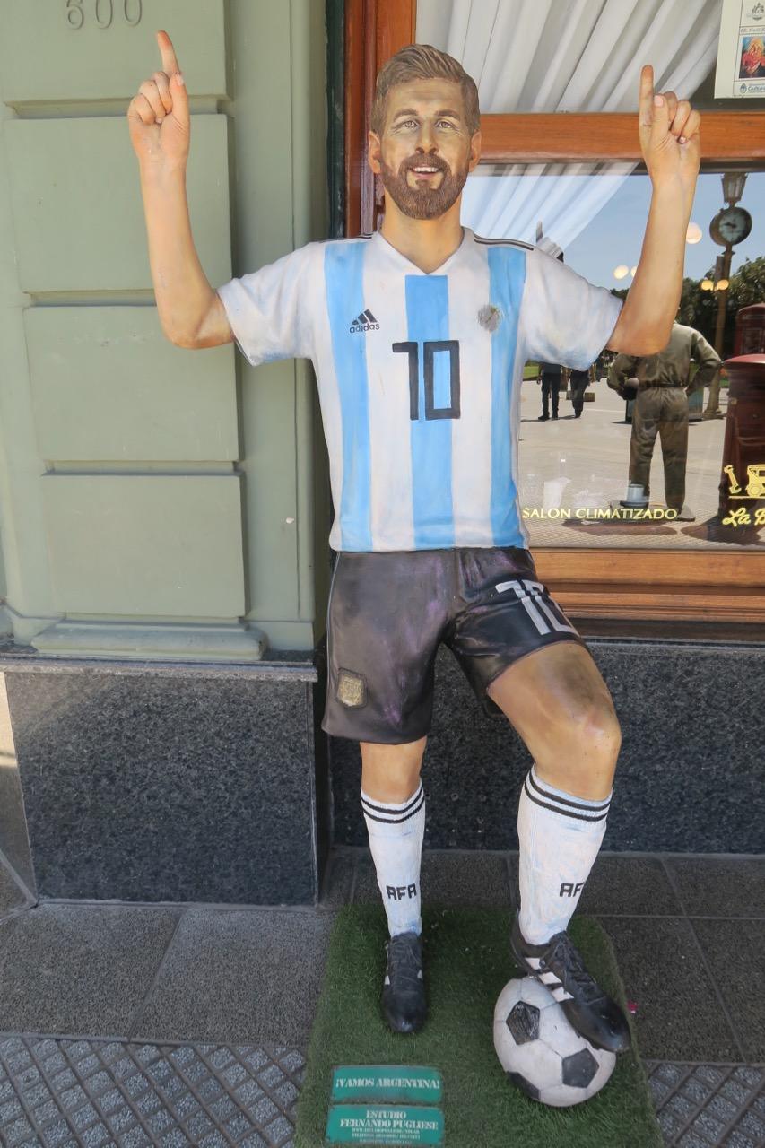 Oväntat att på skyltpromenaden i Buenos Aires träffa på fotbollstjärnam Messi.