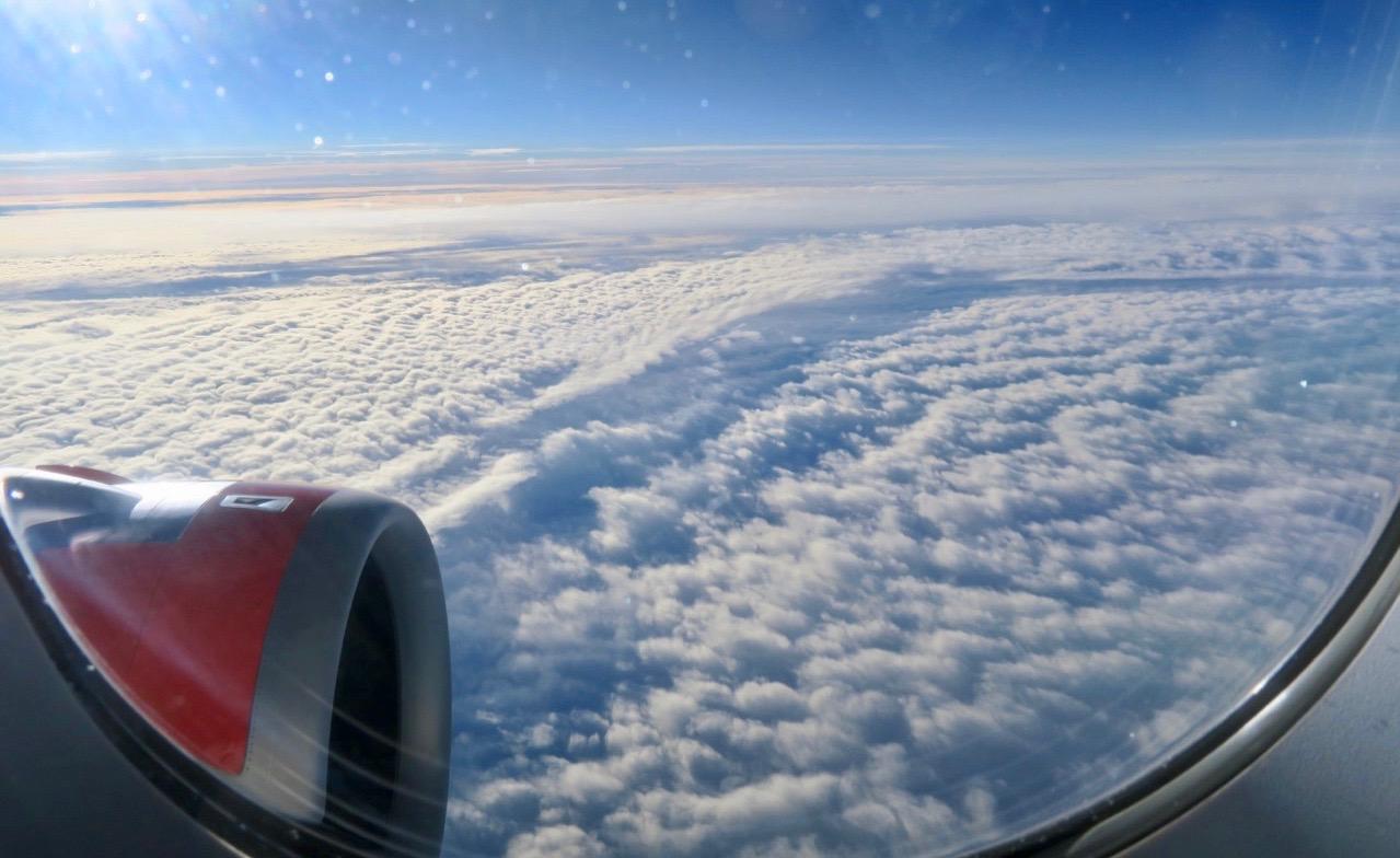 Ovan molnen är himlen oftast blå och det blev en ehaglig förflyttning och flygresa mot Alicante. mot