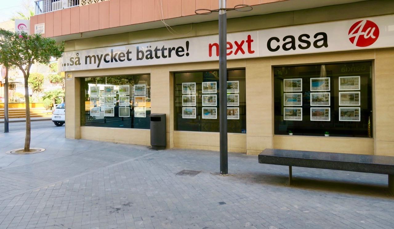 Rolig och överraskande skylt. Reklam för en mäklarfirma i Torrevieja. Log åt att svenska, engelska och spanska blandades.