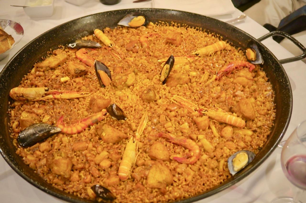 Vänner, god mat och dryck är en bra kombination. Lördagens middag blev för flera av oss paella mixta. En paella med skaldjur och kött. Riktigt gott.