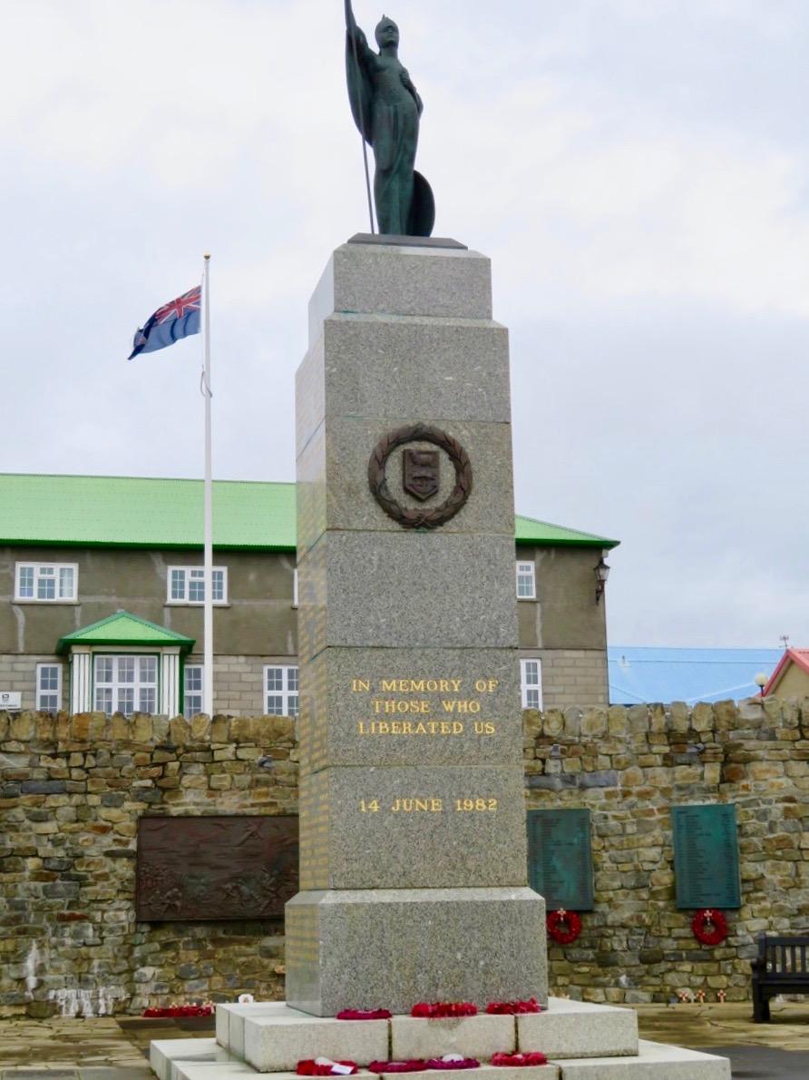 Frihetsmonumentet i Stanley. Till minne av de britter som miste livet i Falklandskriget 1982