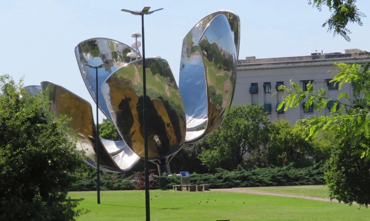 Den spännande skulpturen Floralis Generica passerade vi på vår sightseeingtur i Buenos Aires.