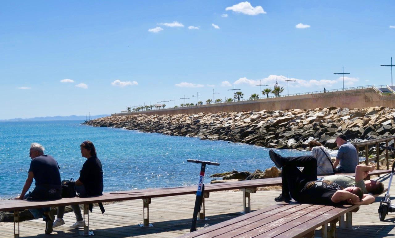 Även bänkarna längs havet lockar till en stunds vila dessa fina dagar