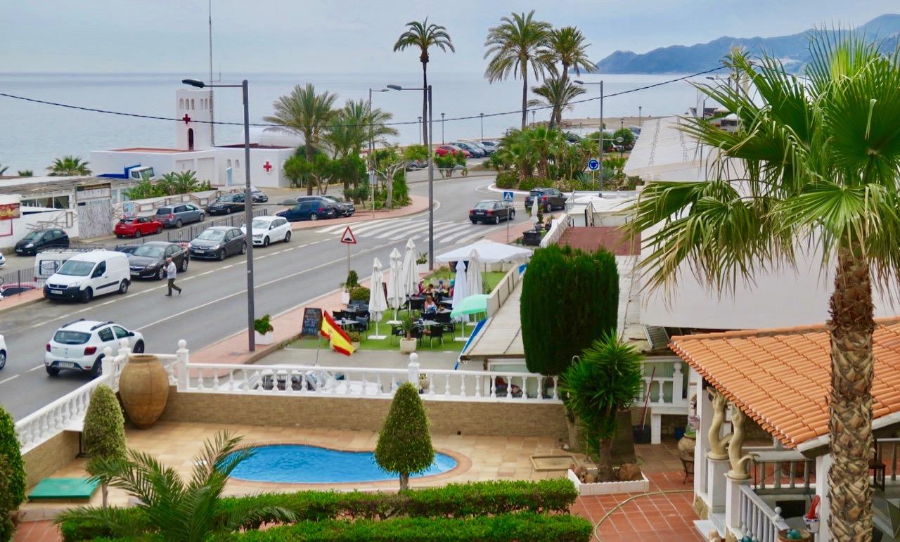 Utsikt från terrassen till vårt hotellrum. Utsikten är fin vare sig det är skyltsöndag eller ej.