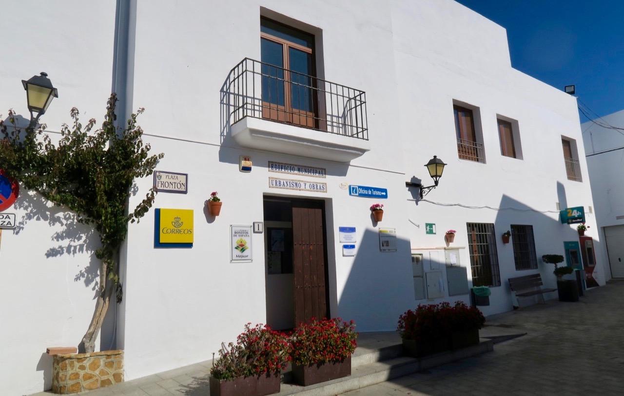 Perfekt för en Skyltsöndag är Mojácars kommunhus där många varianter av skyltar finns.