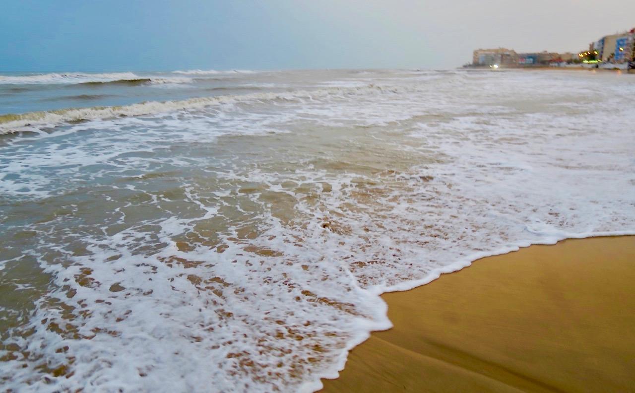 Alllt regn som fallit och dne hårda blåsten hade tagit största delen av Playa de Los Locos med sig.