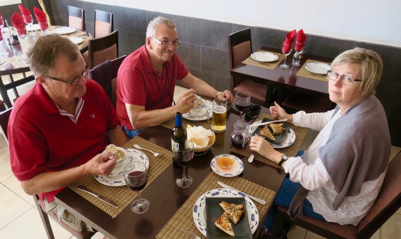 Vad händer? Att äta tillsammans är trevligt och en god kinesik lunch passar och smakar bra.