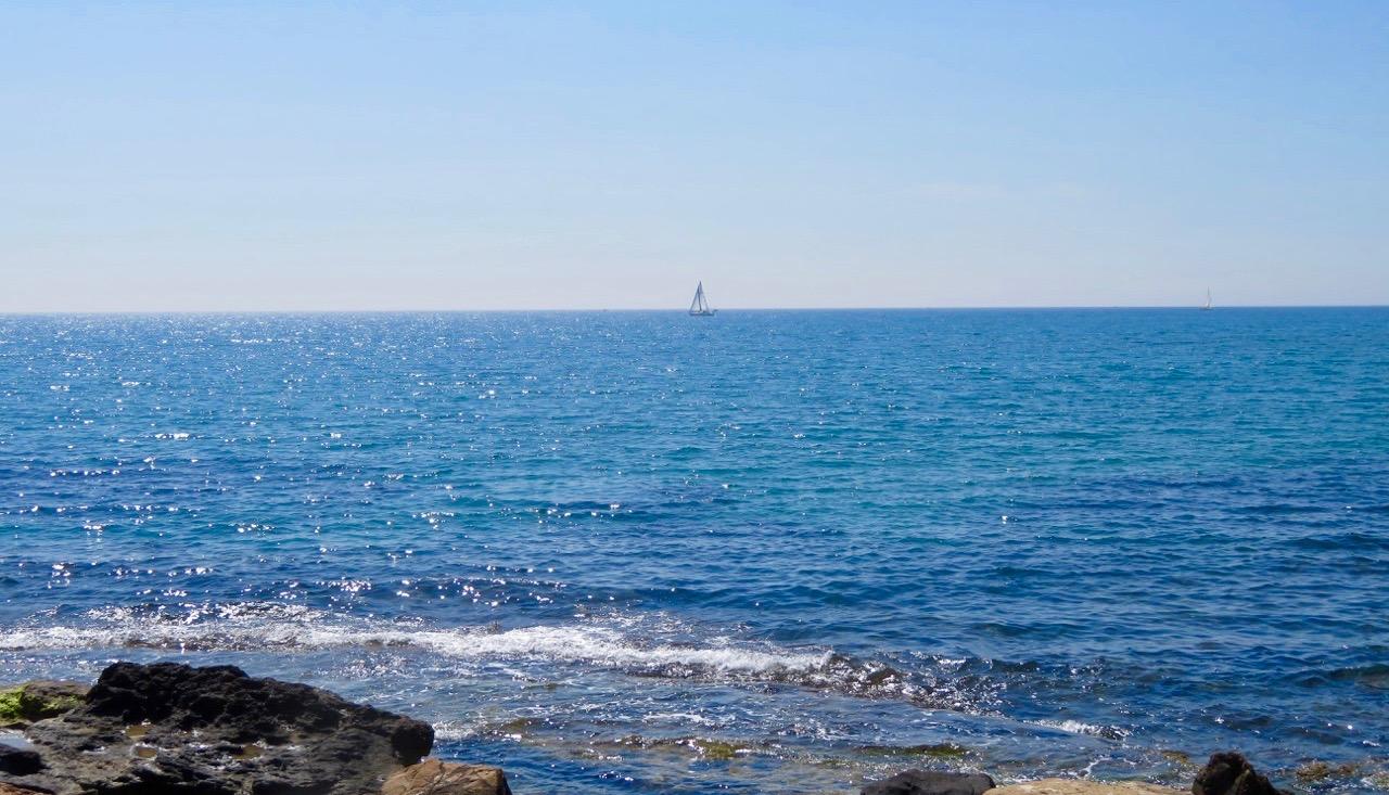 Sommarkänsla kan vara att sitta på en bänk och blicka ut över havet.