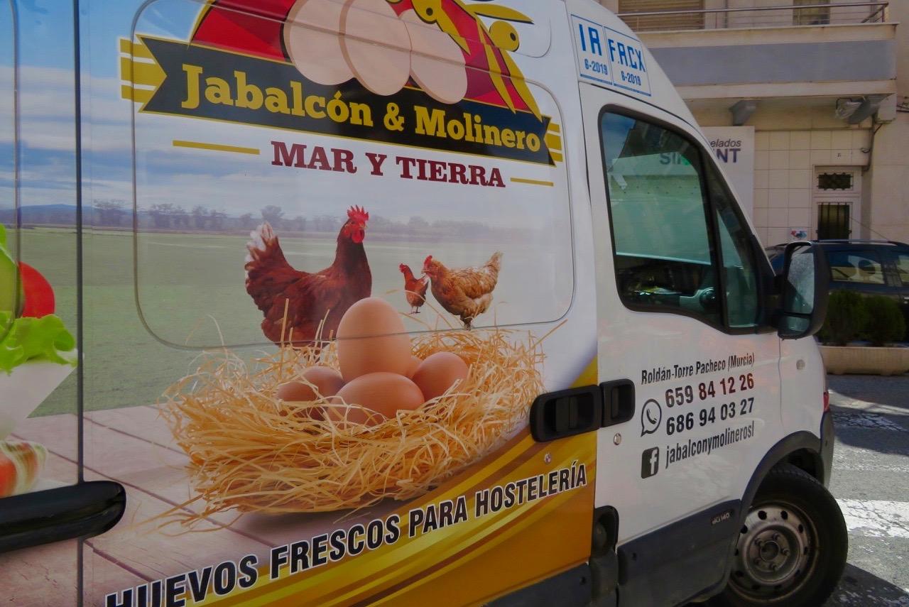Skyltsöndag och tydlig reklam för ägg passar bra.