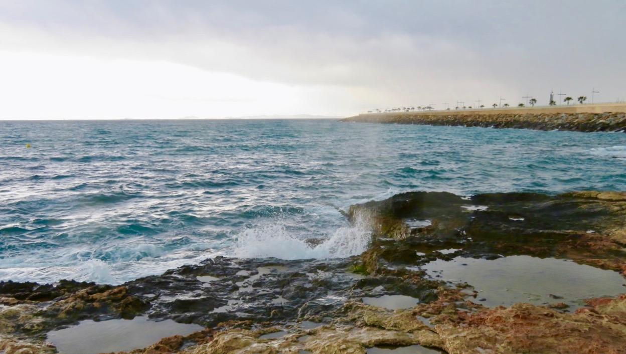 Slog mig ner på en bänk här vid havet och funderade på den kraft jordskalven kan ha med sig.