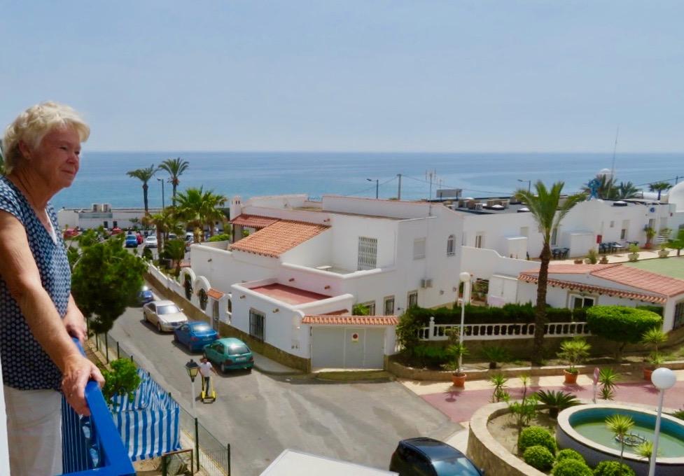 Stor terrass och havsutsikt är det där lilla extra på en semester. Fint med Medelhavet framför ögonen.