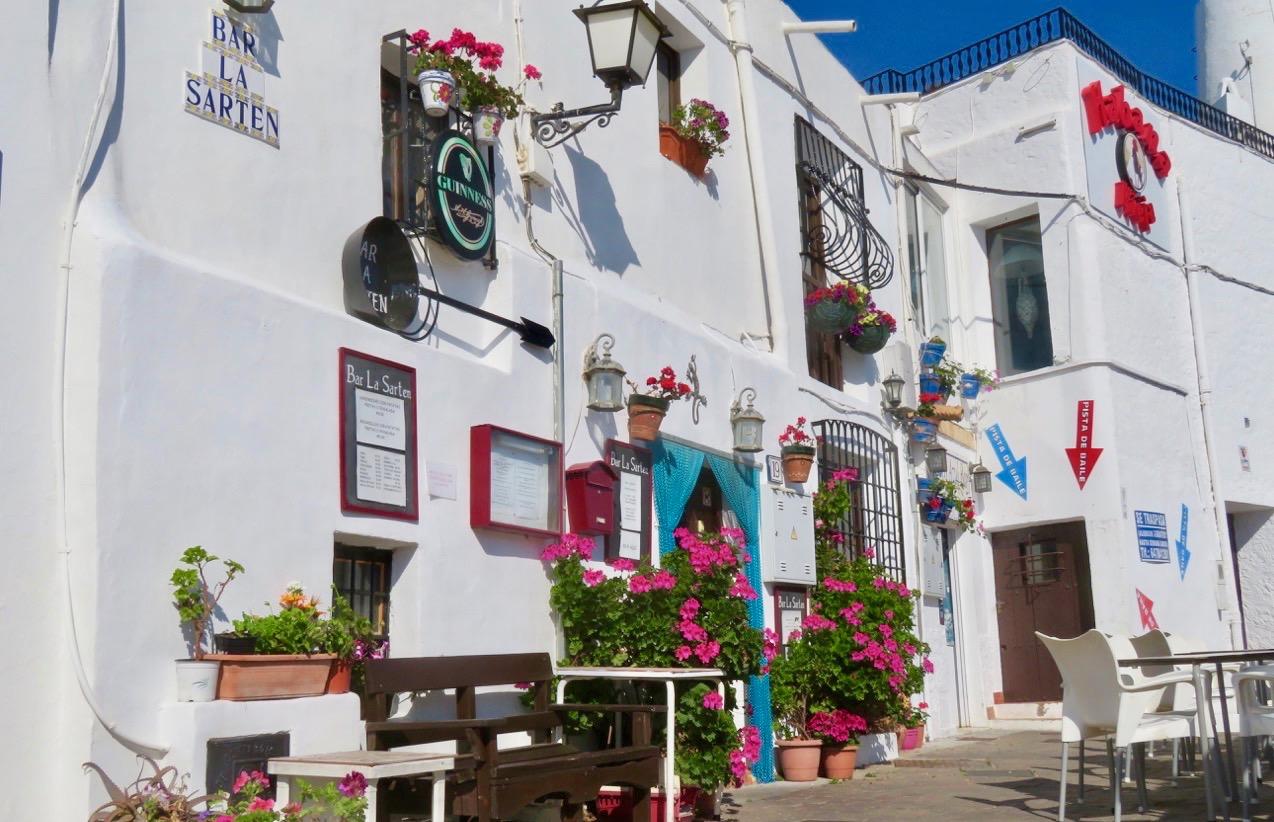 Skyltsöndag från den lilla spanska byn Mojácar. Här finns skyltar av olika slag överallt.