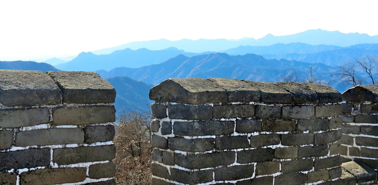 KInesiska muren är ett bra exempel på där bar kan betyda kal, karg, fri och öppen