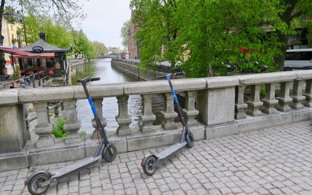 Här har stockholmarna verkligen något att lära sig. I Uppsala kan man konsten att parkera elsparkcyklarna när batteriet lagt av.