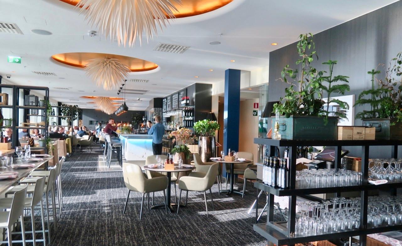 Restaurang Kitchen and Table på Clarion hotell Arlanda erbjuder både god utsikt och god mat. Trevlig miljö dessutom.