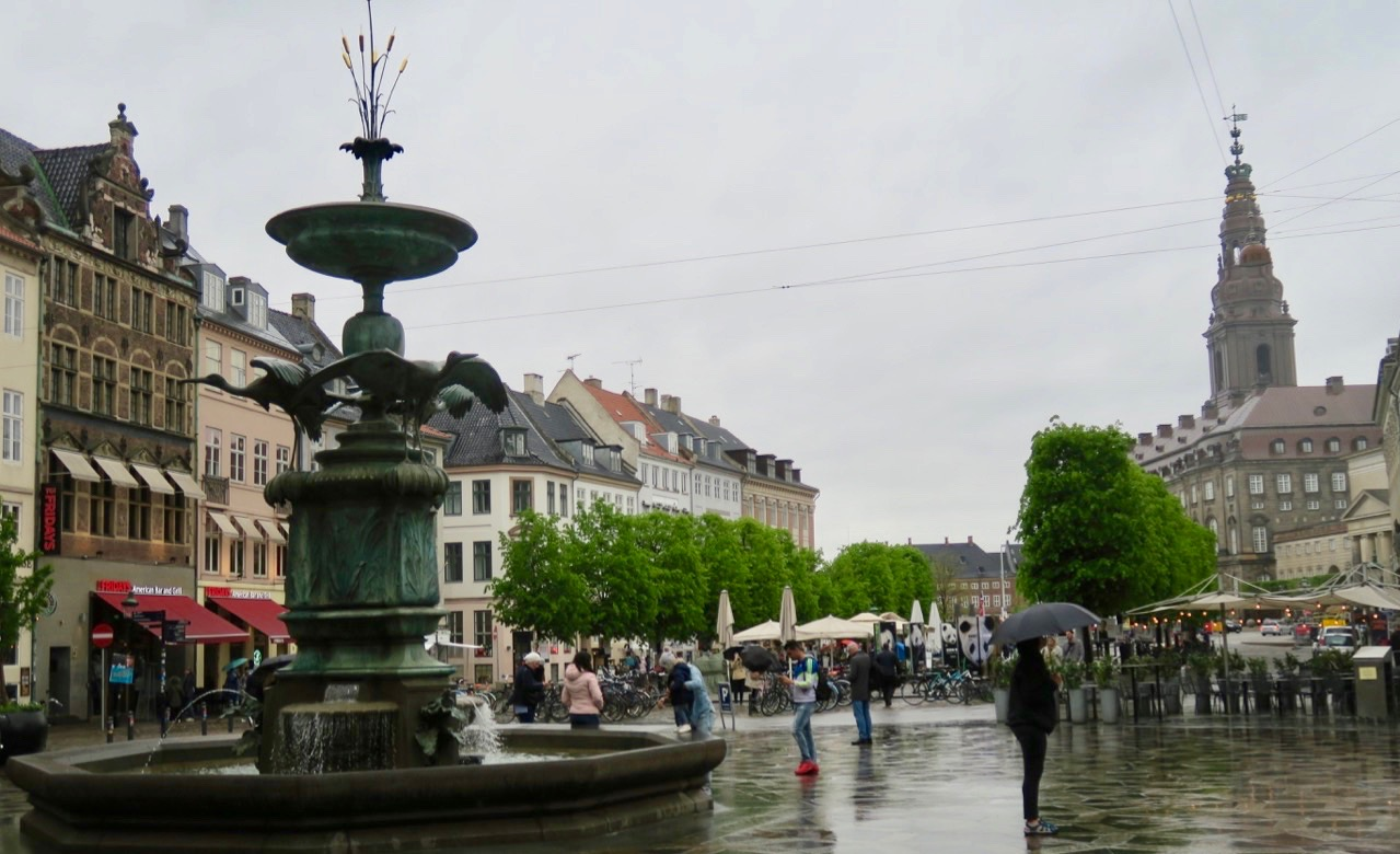 DElar av sträget i Köpenhamn var avstängt och ockuperat av fotbollshulliganer. Men ner mot Nyhavn gick det att gå.