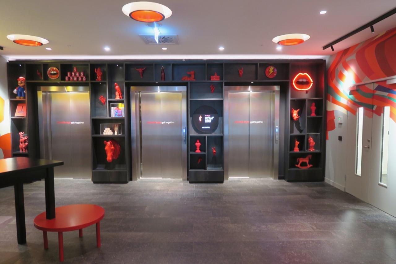 Entrén till hotell CitizenM och hissarna som går upp till receptionen.