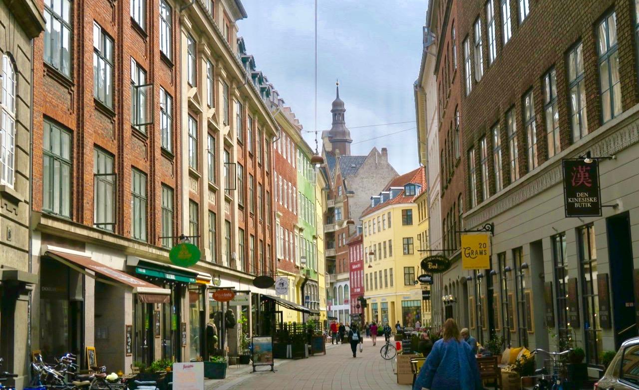 En skyltvandring blir det automatiskt på Köpenhams mysiga gågator. Barer, butiker och restauranger samsas.