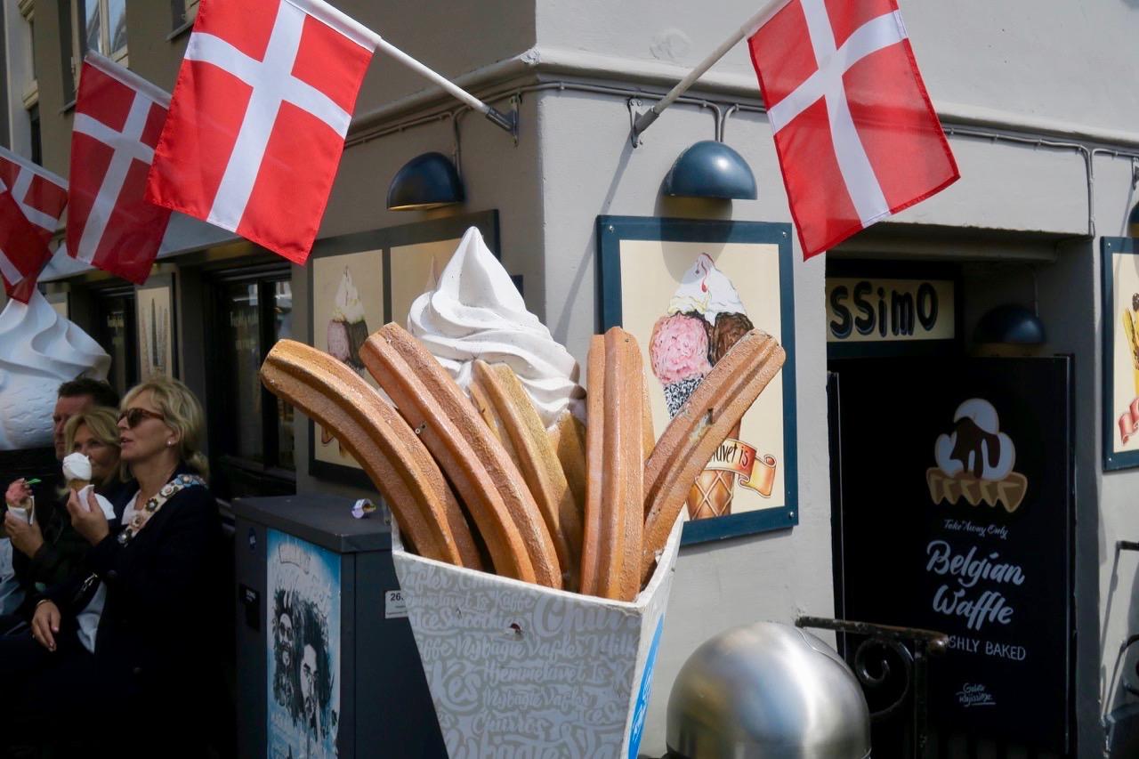 En dansk flagga, ofta flera flaggo,r ser man på många platser i Köpenhamn-
