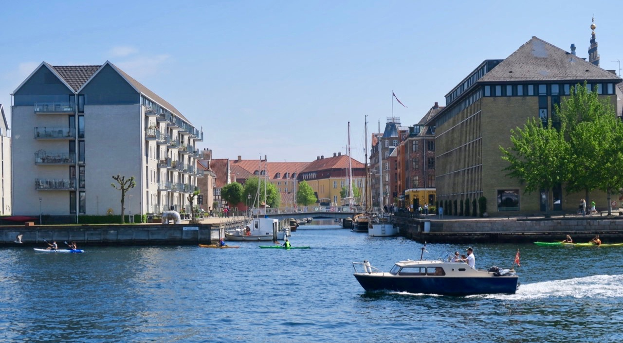Vatten och båtar är det gott om i Köpenhamn och precis som hemma är det vanligt med en flagga på båten.