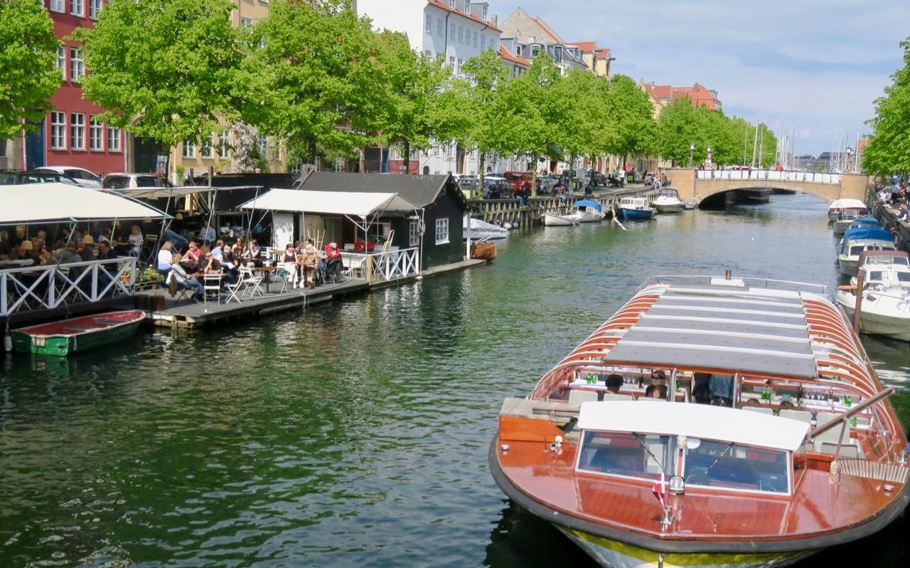 Ner av Köpenhamn ser vi när vi drar oss vidare söderut längs kajerna i stan. Mot Christianshavn.