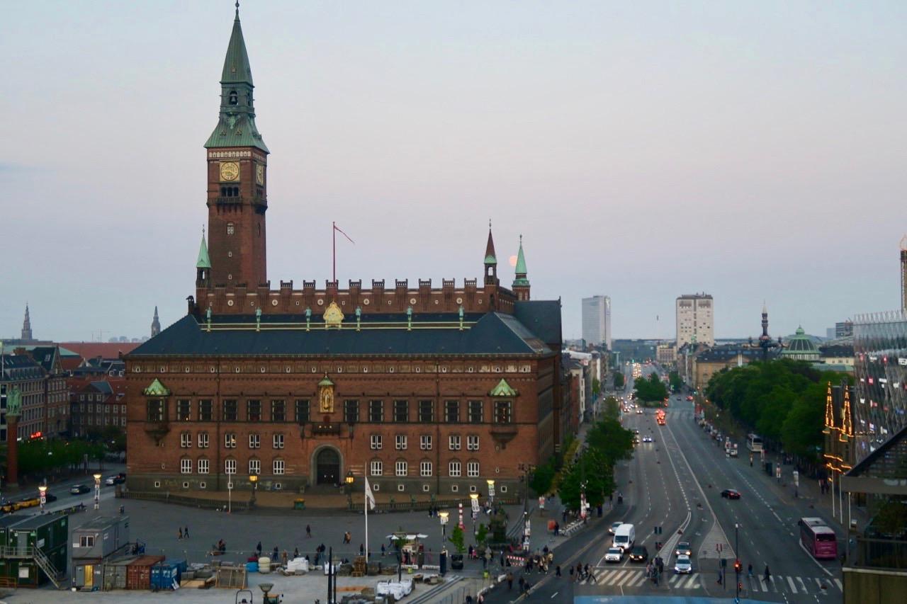 Ett hotell med utsikt. Rådhusplatsen, Rådhuset och längre ner på gatan skymtar Tivoli.