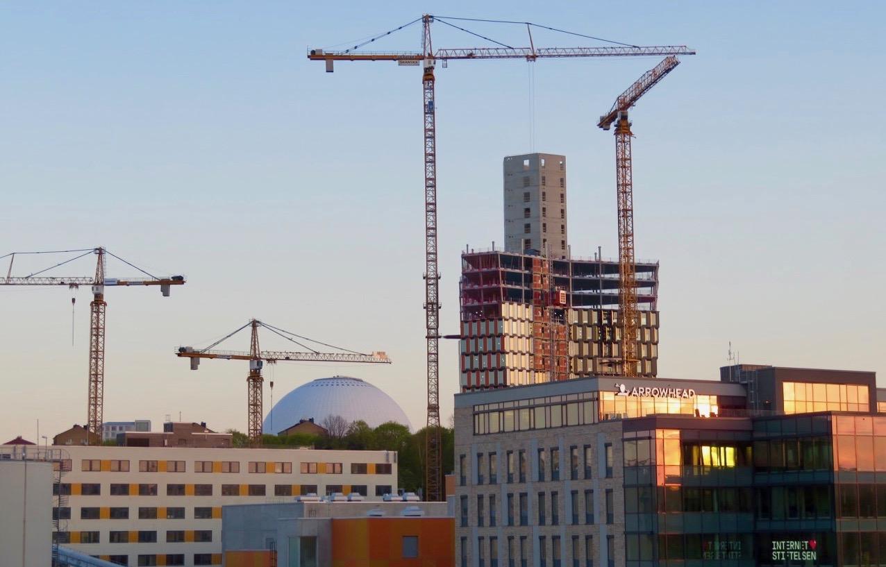 Skyskrapan Stockholm 01 tar form. Och snabbt går byggandet. Globen i bakgrunden.