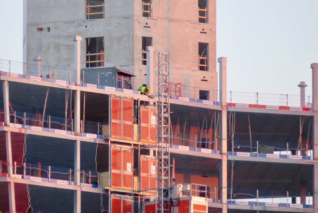 Skyskrapan byggs av Skanska och deras reklamskyltar sitter där de kan fästas.