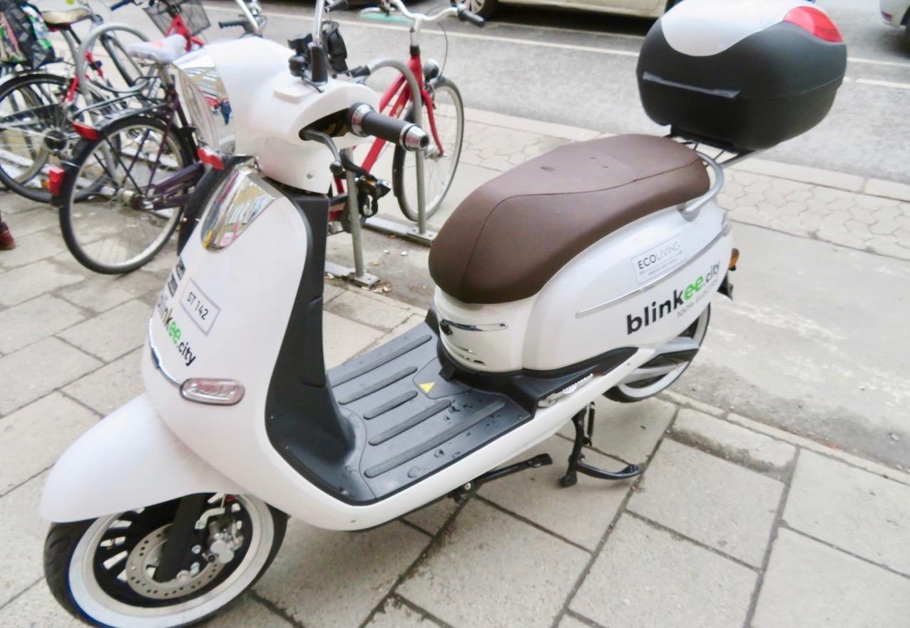 En parkerad elmoped men den får ändå vara med på skyltsöndag i rörelse. Den rör ju oftast på sig.