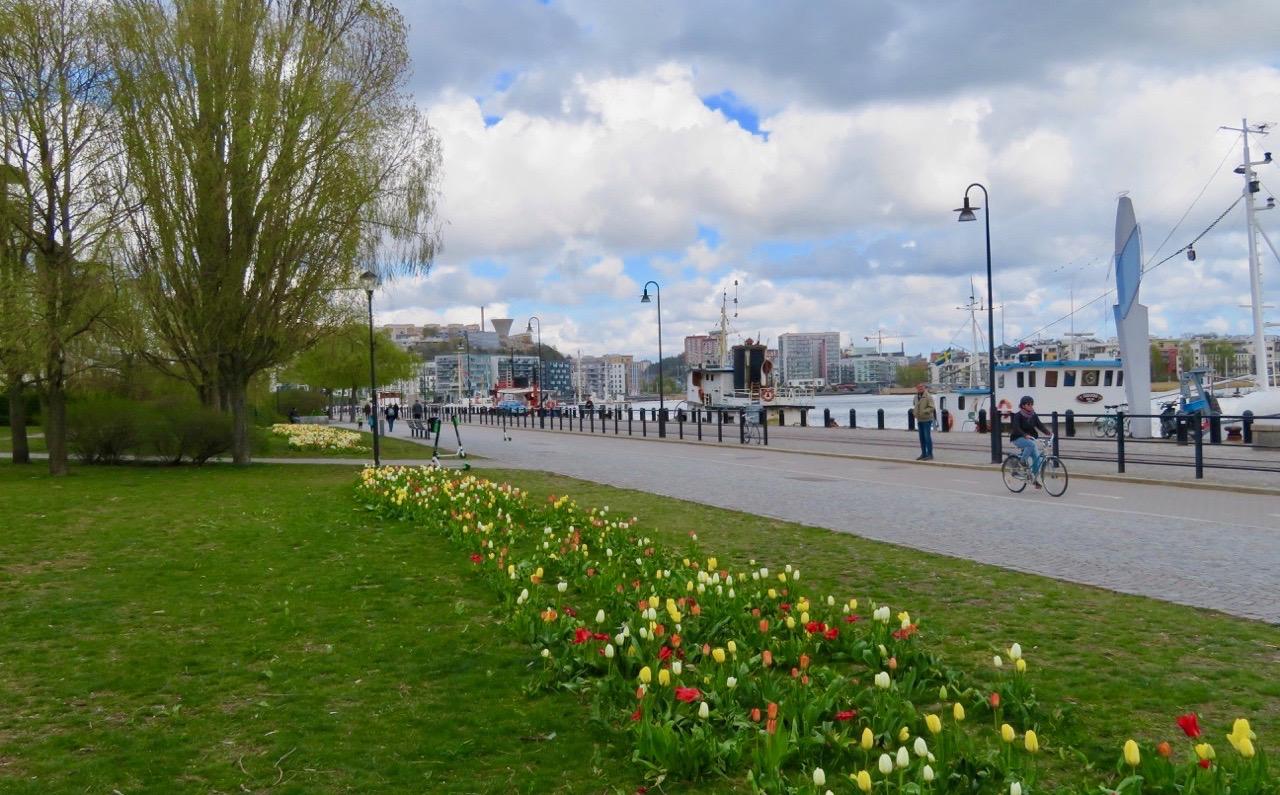 """Anna Lindhs park ligger i """"Vintertullen"""" en del av det gamla industriområdet Barnängen med vattnen och båtar alldeles intill."""