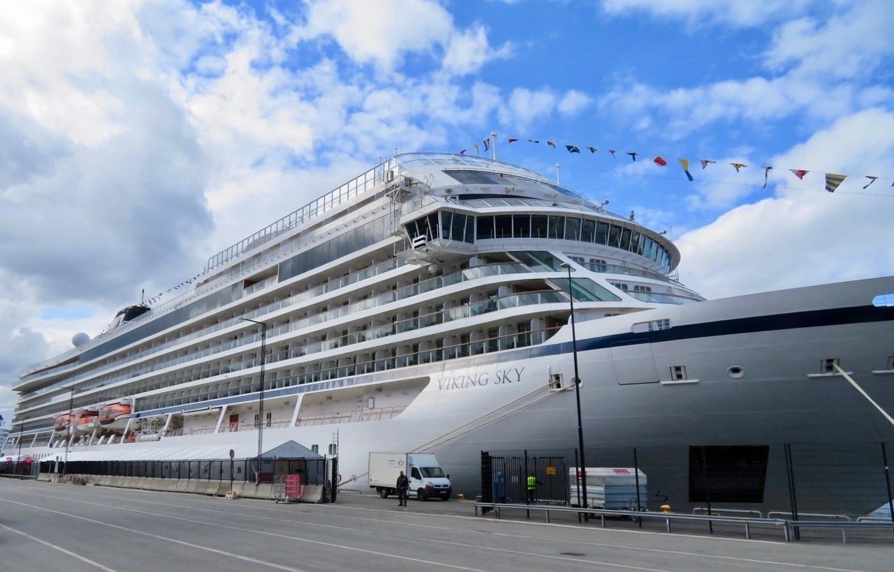 Vatten och båtar finns det gott om i Stockholm och här ligger kryssningsfartyget Viking Sky över dagen .