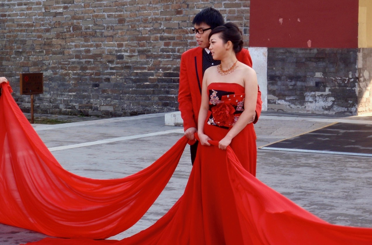 I vissa delar av KIna är det tradition att brudpar bär röd klädsel.