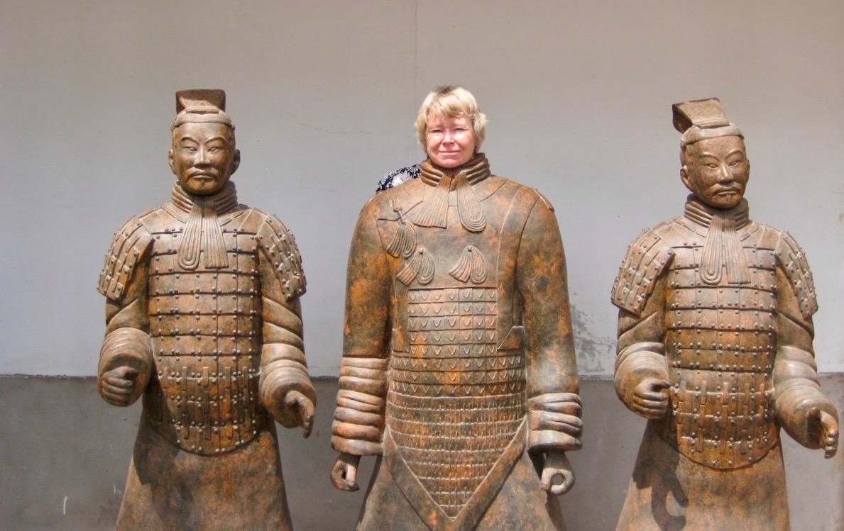 Här testar jag hur det är att stå staty. En av alla i terrakottaarmén.