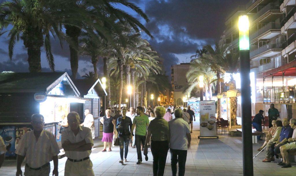 Folklivet pågår längs Torreviejas fins strandpromenad. Sommaren dröjer sig kvar.r.