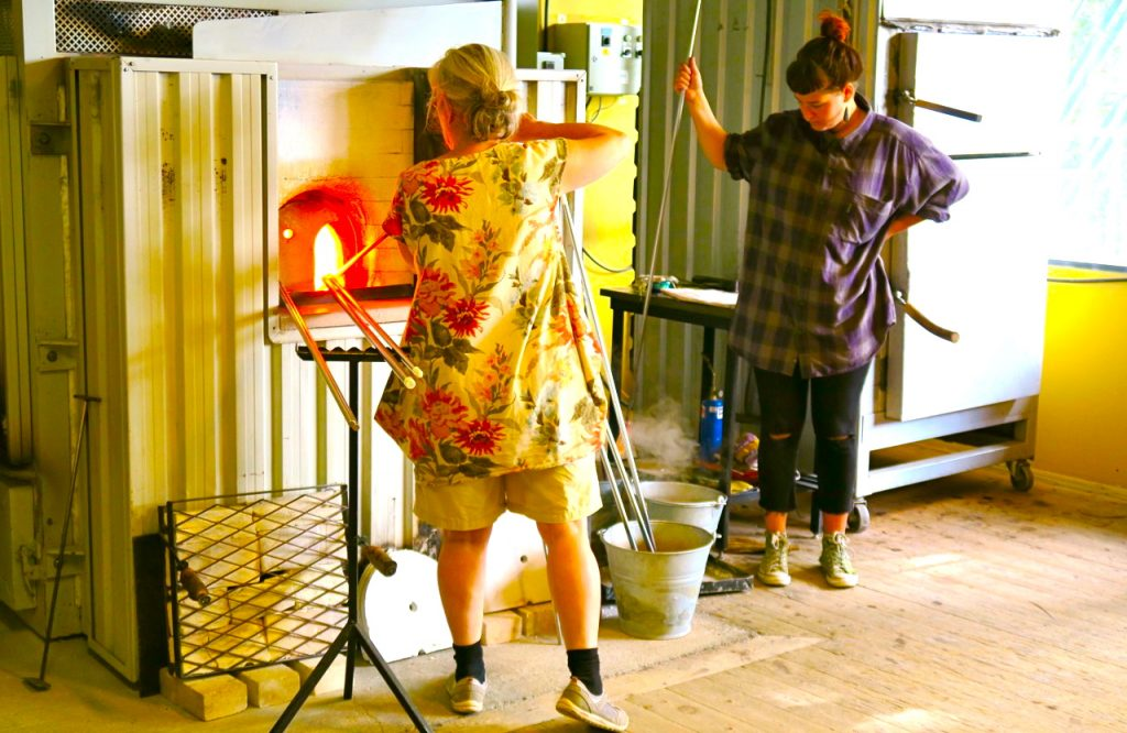 glaskonstnär, Ebba von Wachenfeldt, språk och lycka kan finnas i glas