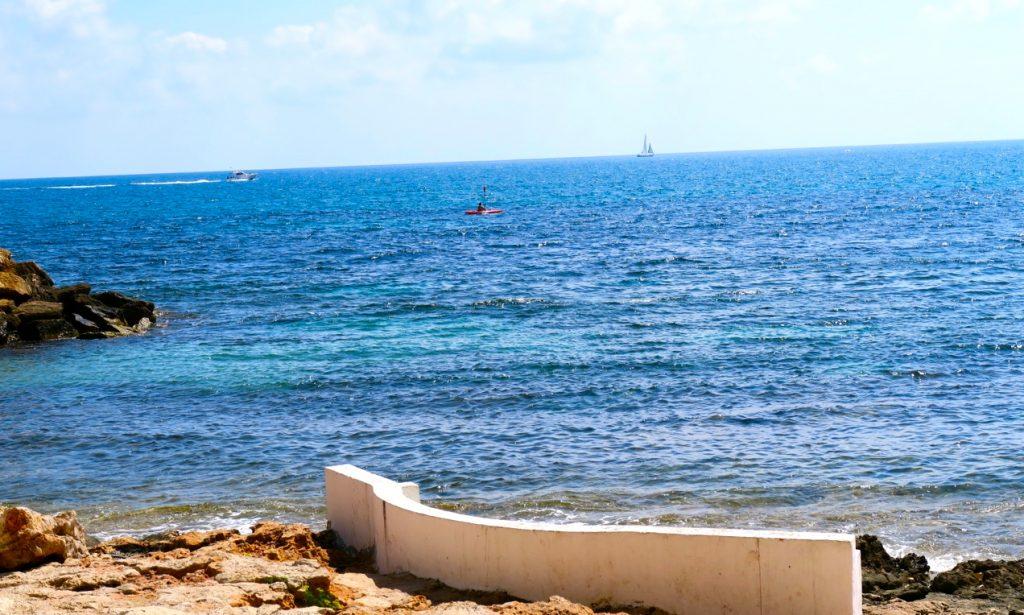 På plats i Torrevieja, på en bänk alldeles vid havet.