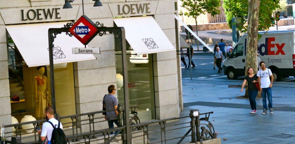 Tydliga skyltar finns för tunnelbanan i Madrid.