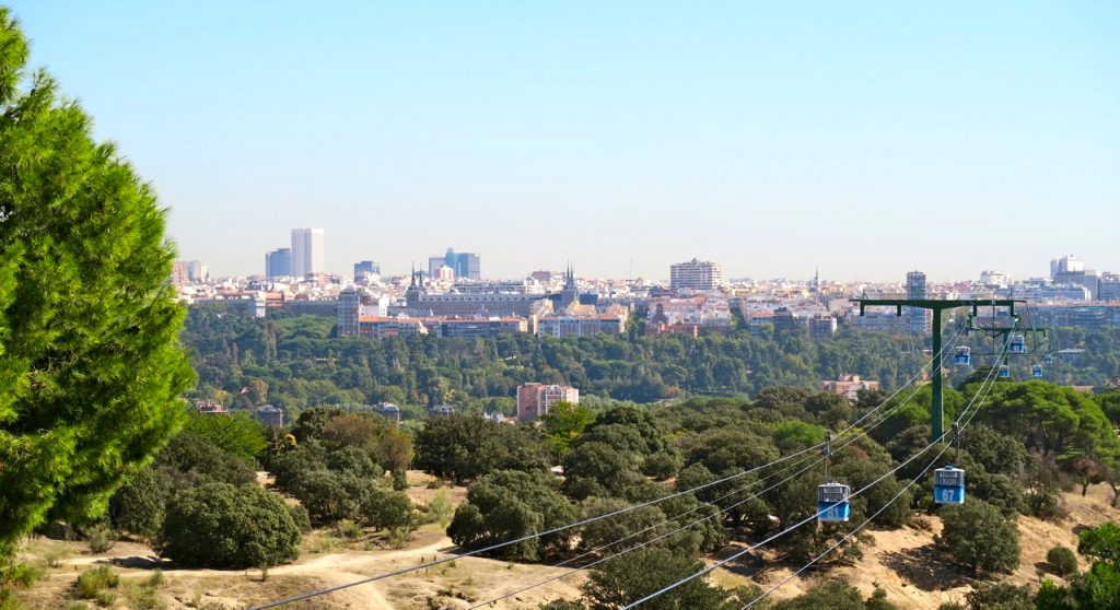 Natur och kultur i Madrid. Här linbanan upp genom parken Casa de Campo