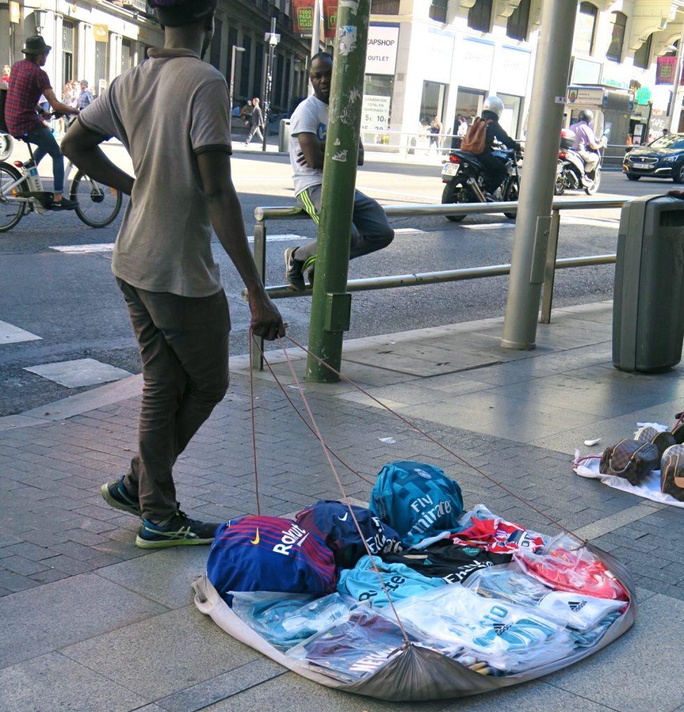 Madrid och i blickfånget på affärsgatan Gran Via kan gatuförsäljare hamna.