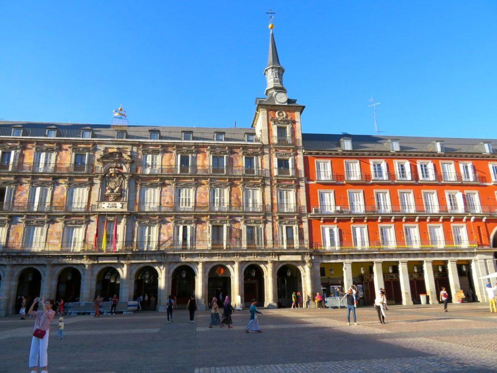 PÅ husen vid Plaza Mayor finns drygt 240 balkonger.