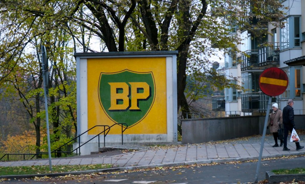 Skylt fångad under gång- BP skylten på Ringvägen