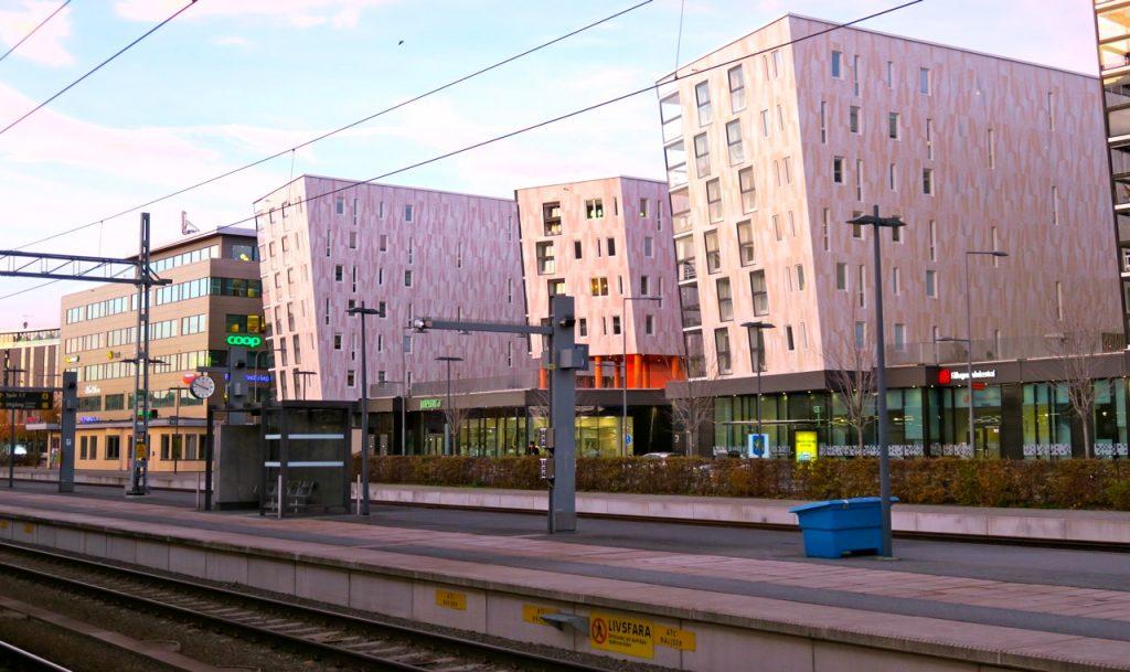 Uppsala station och stationsområdet med de nybyggda husen som piggar upp.