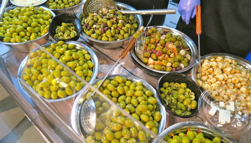 Ett smakprov av grekiska oliver gav mersmak.